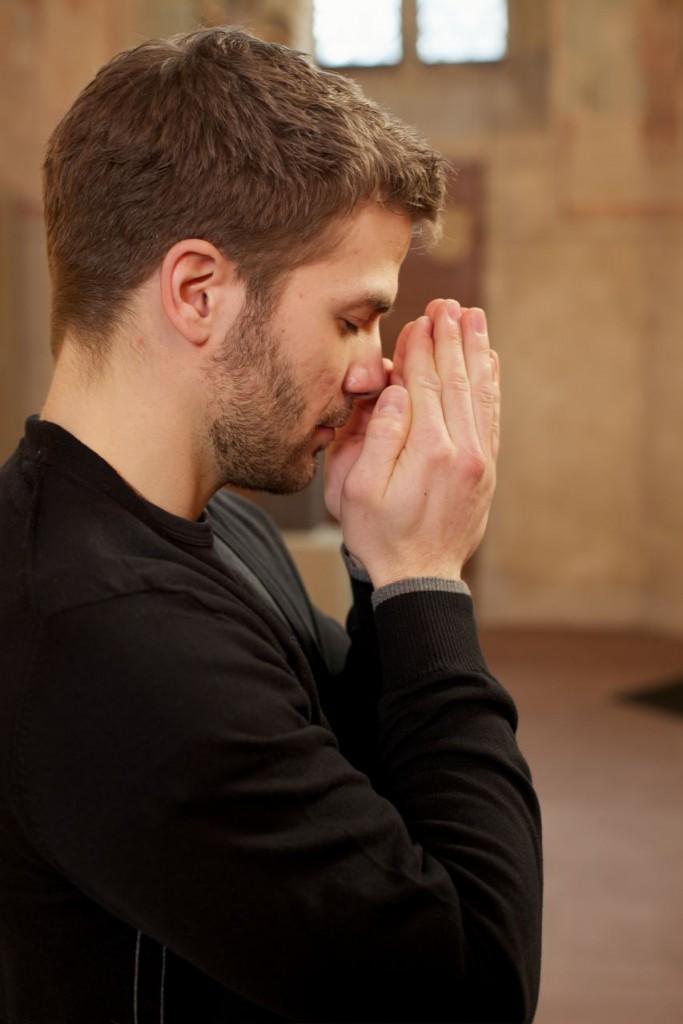 Hände vor dem Gesicht - Kloster auf Zeit